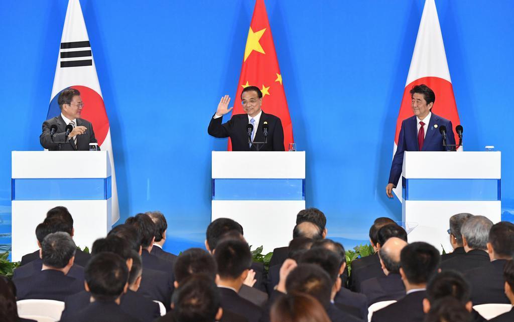 共同記者発表を終えた(左から)韓国の文在寅大統領、中国の李克強首相、安倍首相=中国・成都(共同)