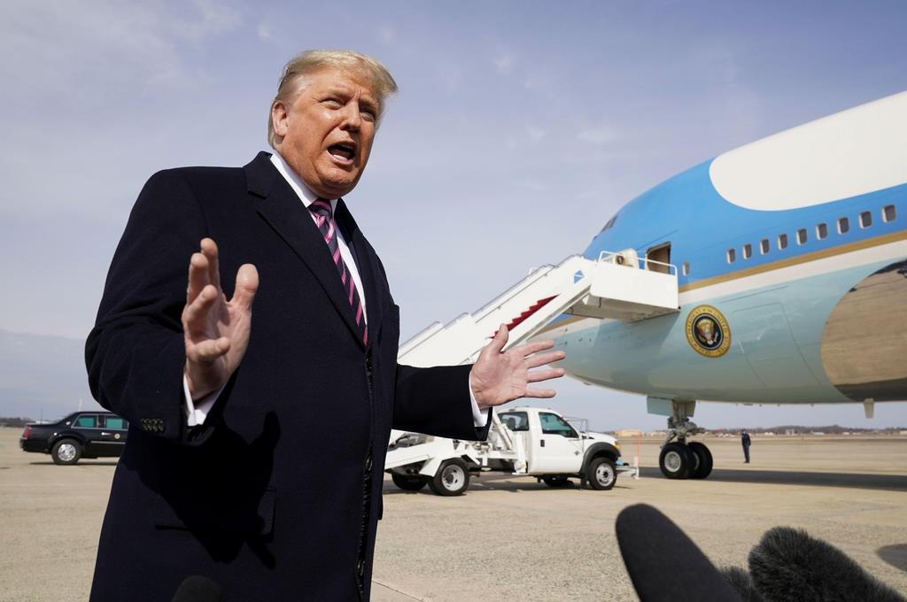 大統領専用機搭乗前に記者団に話をするトランプ米大統領。18日には、米製品の輸出に関し「何でもかんでも安全保障を根拠にして、米製品の購入を難しくすべきではない」とツイッターで述べた=18日、メリーランド州(ロイター=共同)