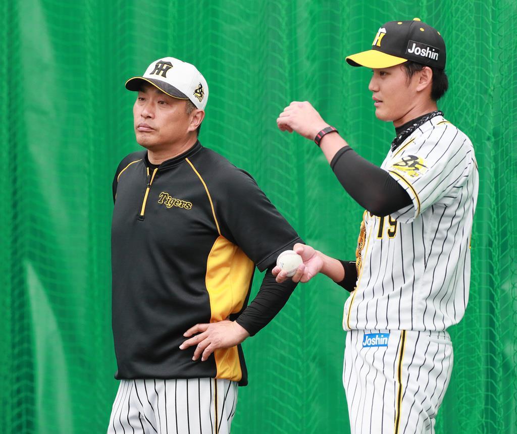 阪神の春季キャンプで藤浪(右)らを指導した臨時コーチの山本氏(松永渉平撮影)