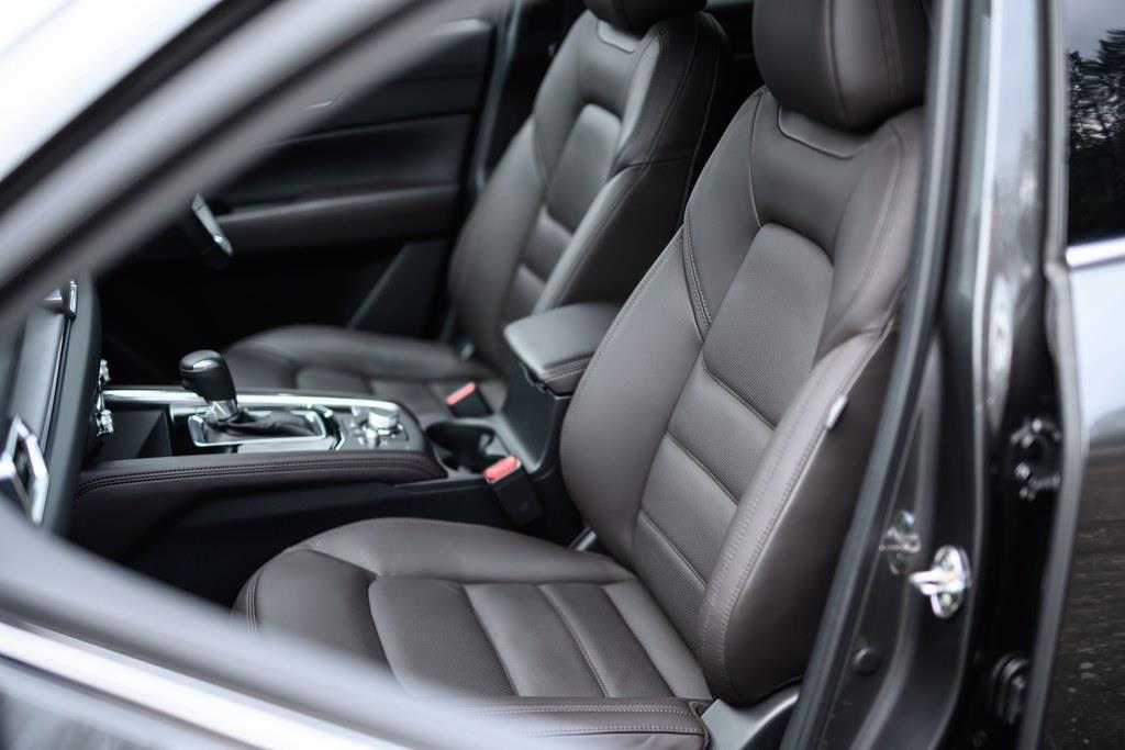 上級グレードのシート表皮はレザー。電動調整機構付き。