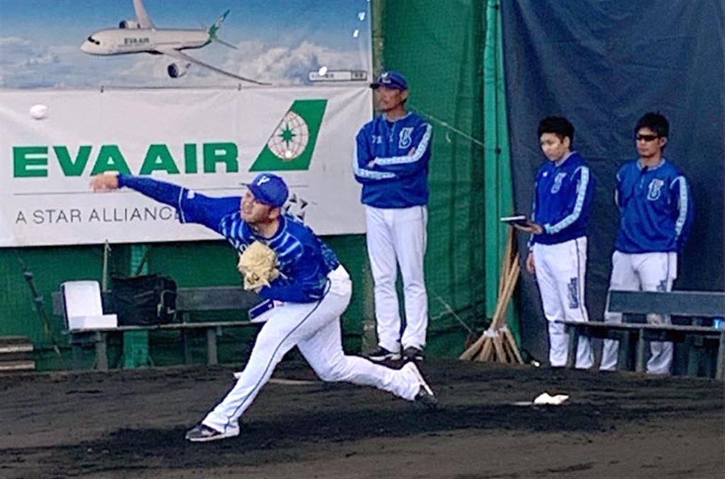 川村投手コーチが見守るなかブルペンで力強い投球を見せた山崎康