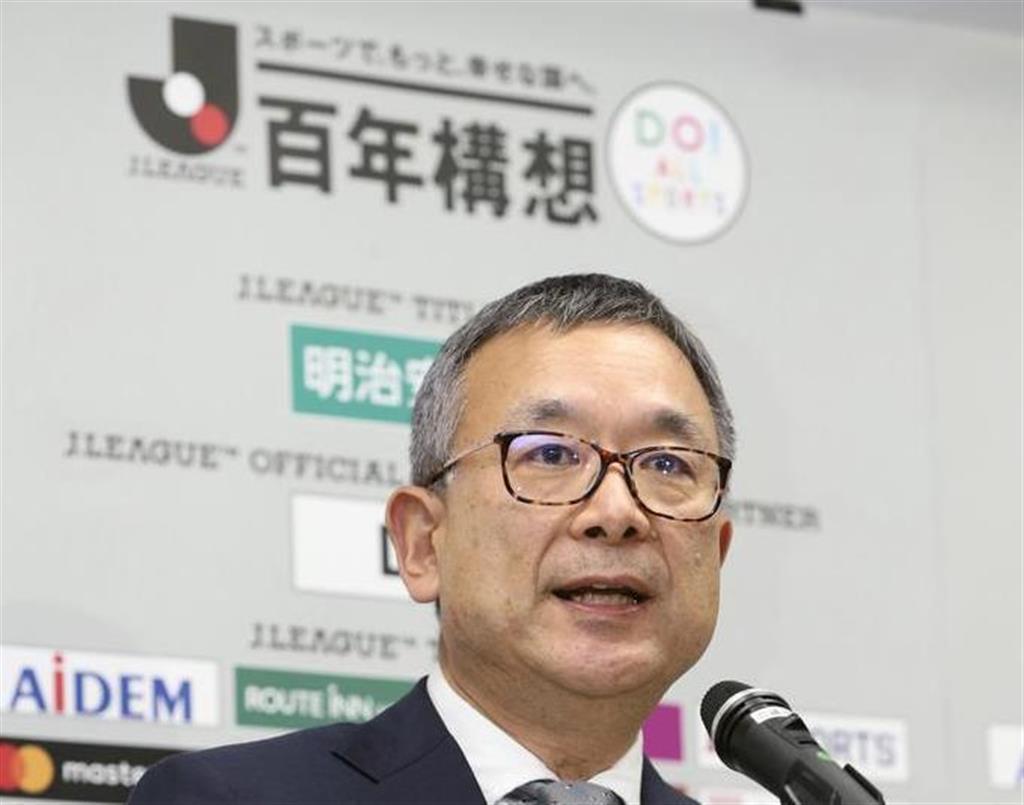 Jリーグの公式戦開催延期を発表する村井満チェアマン=25日午後、東京都文京区