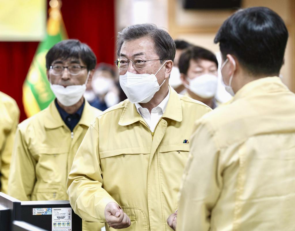 25日、韓国・大邱で開かれた新型コロナウイルスの対策会議に出席する文在寅大統領(聯合=共同)