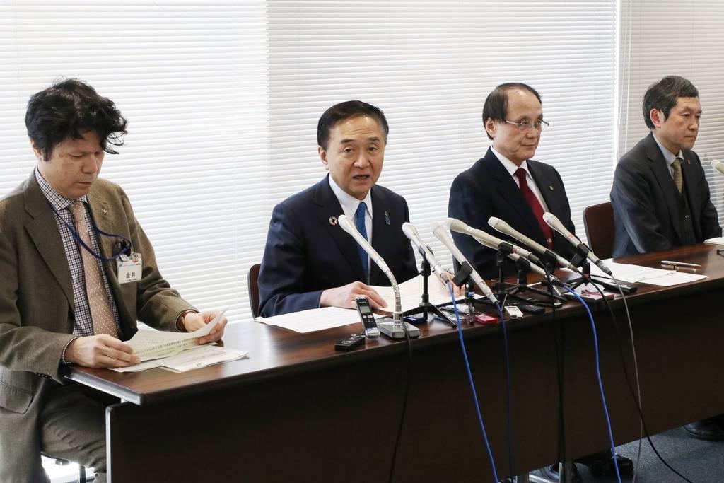 新型コロナウイルスの検出に関する新技術を発表する神奈川県の黒岩祐治知事(左から2人目)と理化学研究所などの職員ら=27日、神奈川県庁