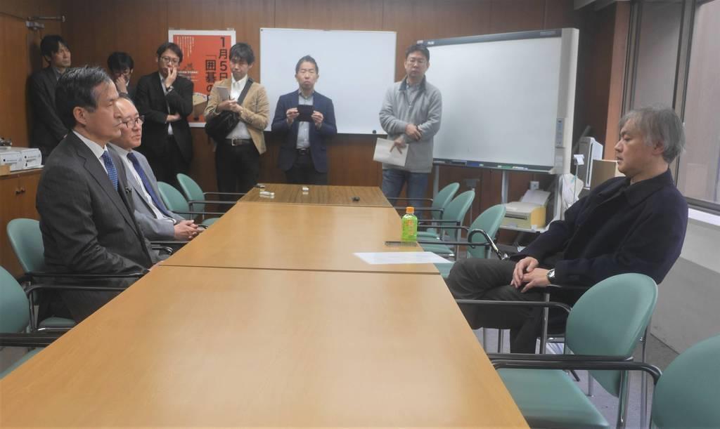 対局停止6カ月の処分を下された依田紀基九段(右)は日本棋院の大淵盛人常務理事(左)らに説明を求めた=13日、同棋院(東京都千代田区)