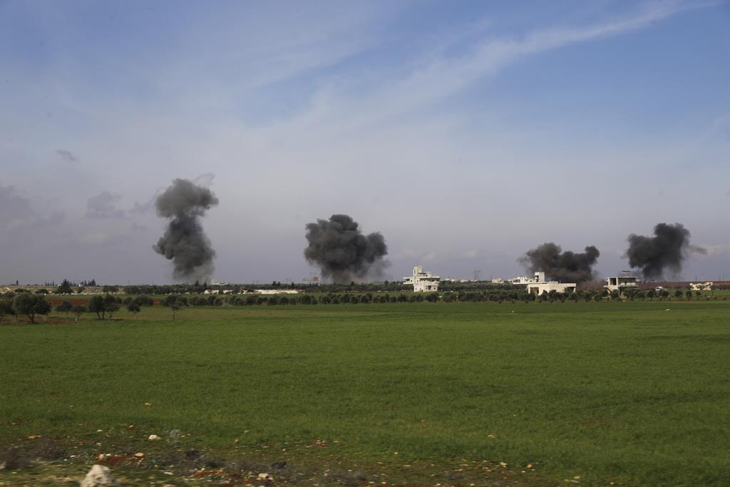 空爆を受けるシリア北西部イドリブ県=27日(AP)