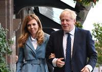 英首相、恋人と婚約 初夏に子供誕生予定