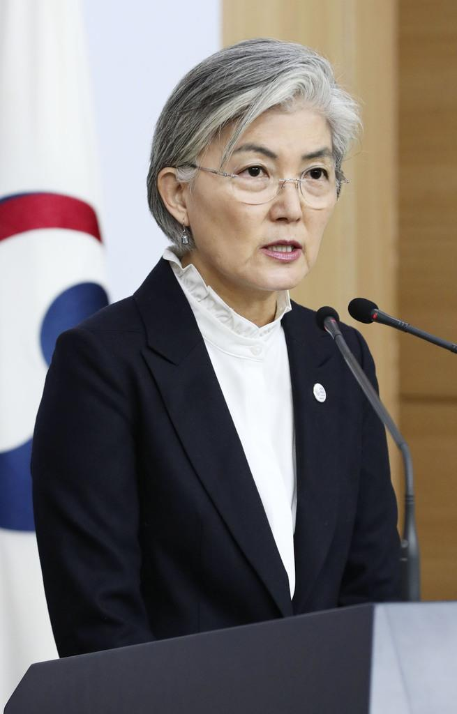 2月6日、ソウルの韓国外務省で記者会見する康京和外相(聯合=共同)