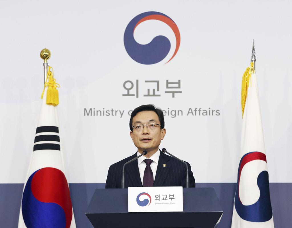 6日、ソウルの韓国外務省で、日本への対抗措置を発表する趙世暎外務第1次官(聯合=共同)