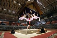 大相撲春場所が初日迎える 無観客の中で力士らが取組