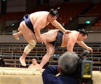 北勝富士、自慢の「おっつけ」で鶴竜撃破 大相撲春場所