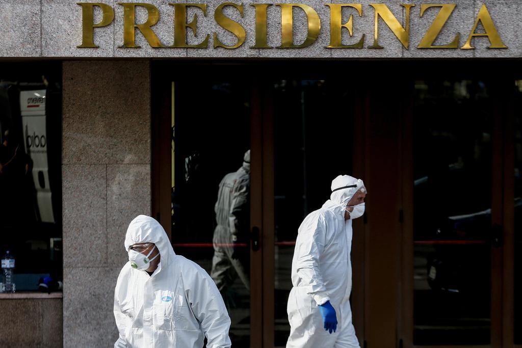 イタリア・ローマで、新型コロナウイルスの消毒作業が行われる建物=8日(AP=共同)