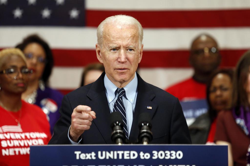 10日、米オハイオ州コロンバスの選挙集会で演説するバイデン前副大統領(AP)