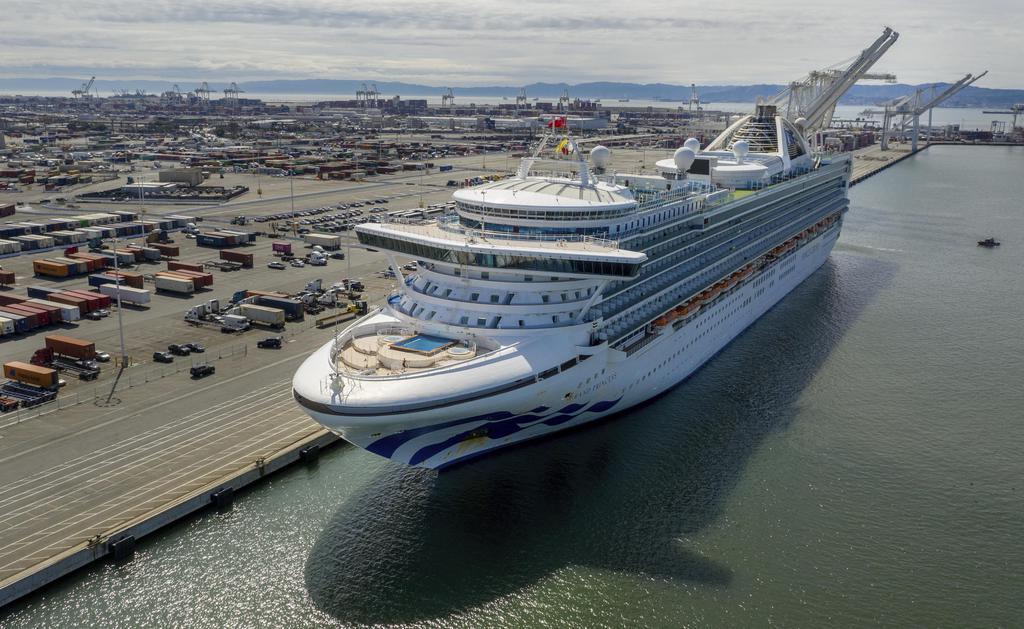 9日、米西部カリフォルニア州のオークランド港に停泊するクルーズ船「グランド・プリンセス」(AP)