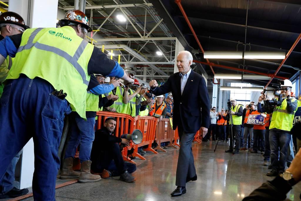 10日、米ミシガン州デトロイトの自動車関連工場で従業員に支持を訴えるバイデン前副大統領(中央)(ロイター)