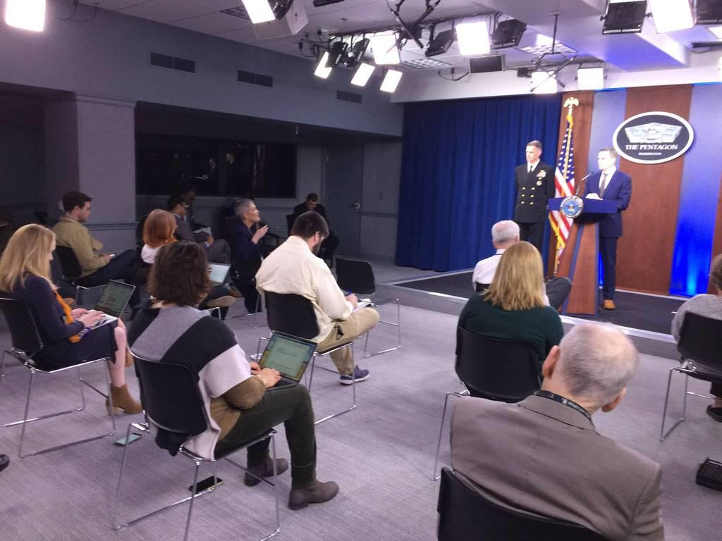 記者が座る椅子がそれぞれ1メートル以上離れて配置された米国防総省の記者会見=10日(黒瀬悦成撮影)