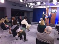 米国防総省で6人の感染確認 記者会見でも椅子を離れて配置