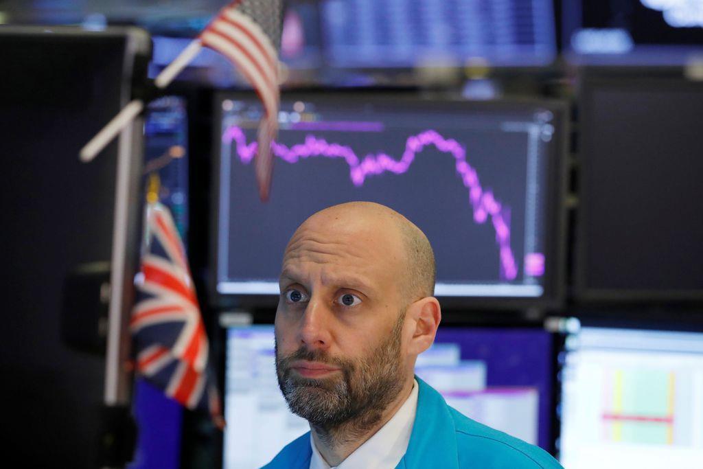 ニューヨーク証券取引所のトレーダー=11日(ロイター)