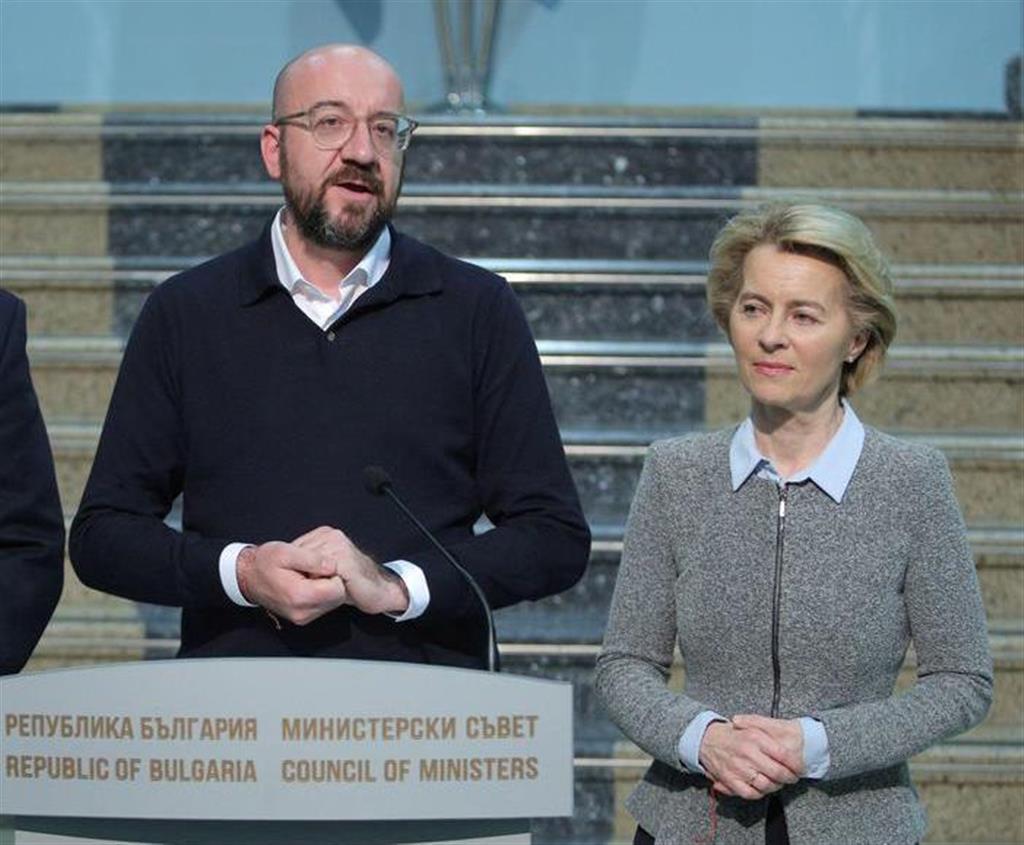 欧州連合(EU)のミシェル大統領(左)とフォンデアライエン欧州委員長(右)(ロイター)