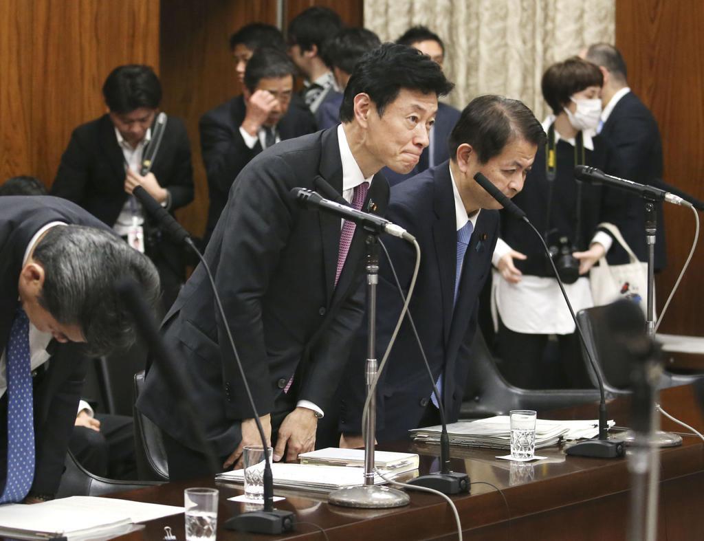 参院内閣委で新型インフルエンザ等対策特別措置法改正案が可決され、一礼する西村経済再生相(中央)=13日午後