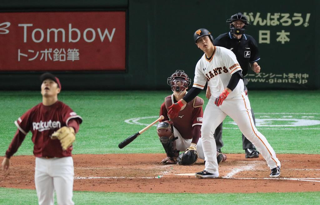 【巨人━楽天】四回、本塁打を放つ巨人・岡本和真。投手は楽天・則本昂大 =東京ドーム(撮影・中井誠)