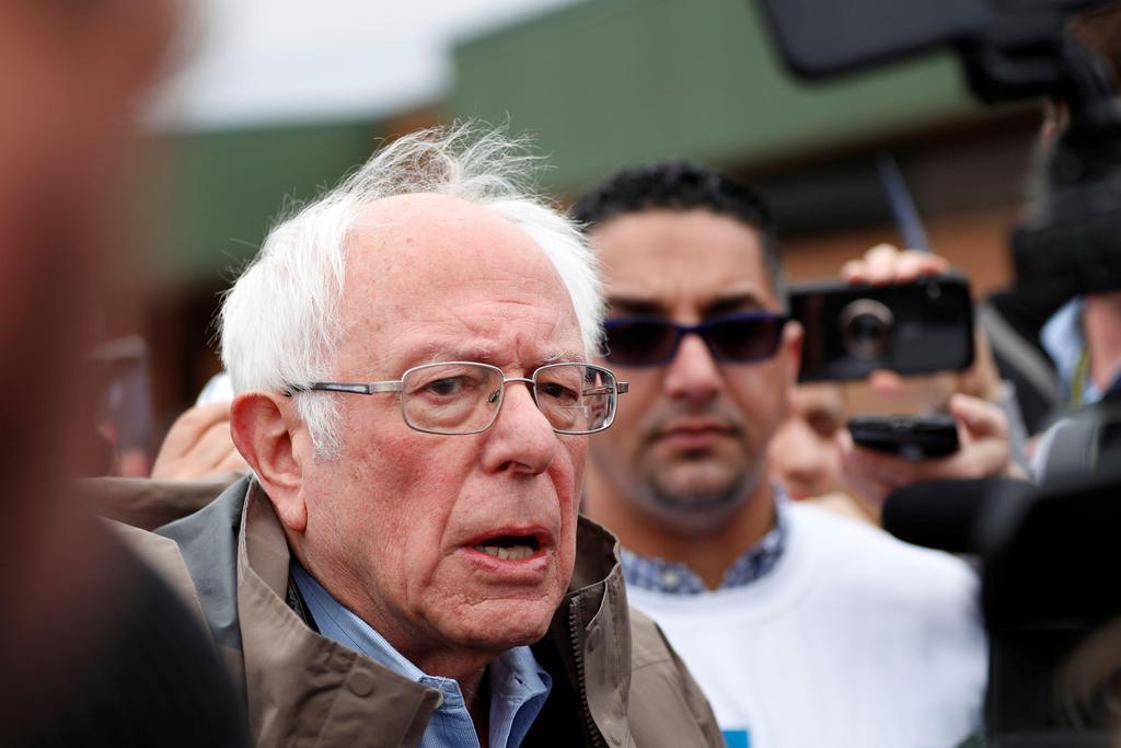 米民主党予備選で投票所の外で報道陣に語るサンダース上院議員=10日、ミシガン州(ロイター)