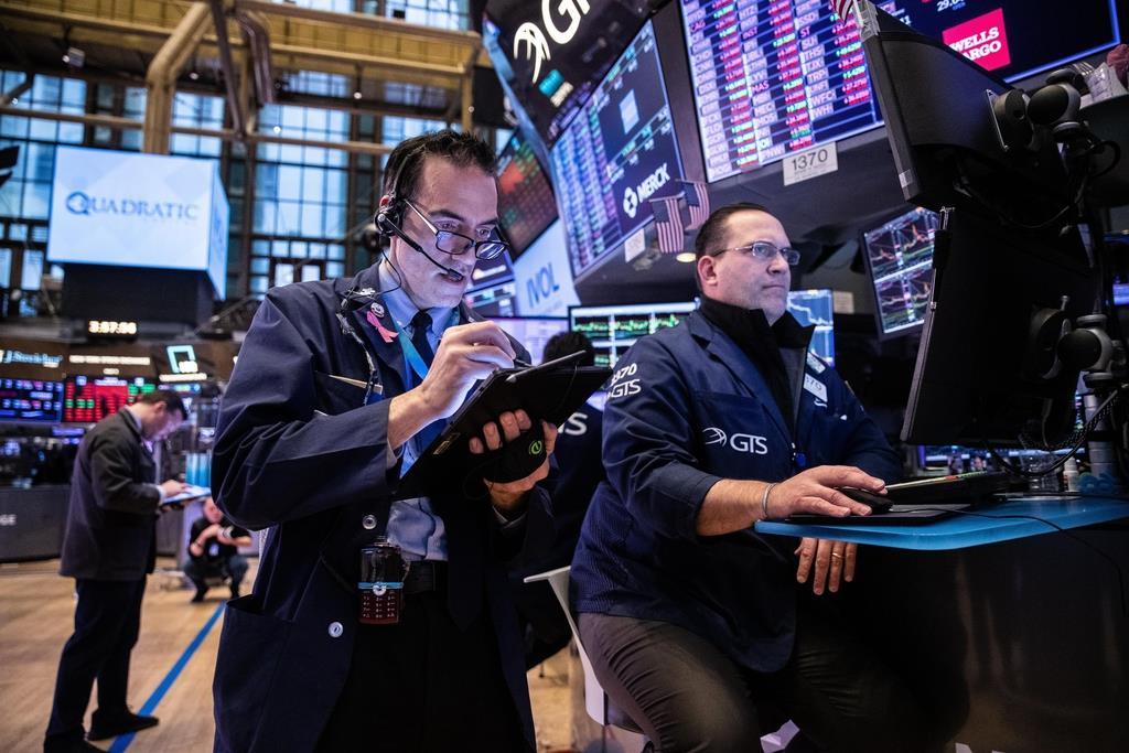 12日、株価が暴落したニューヨーク証券取引所のトレーダー(ゲッティ=共同)
