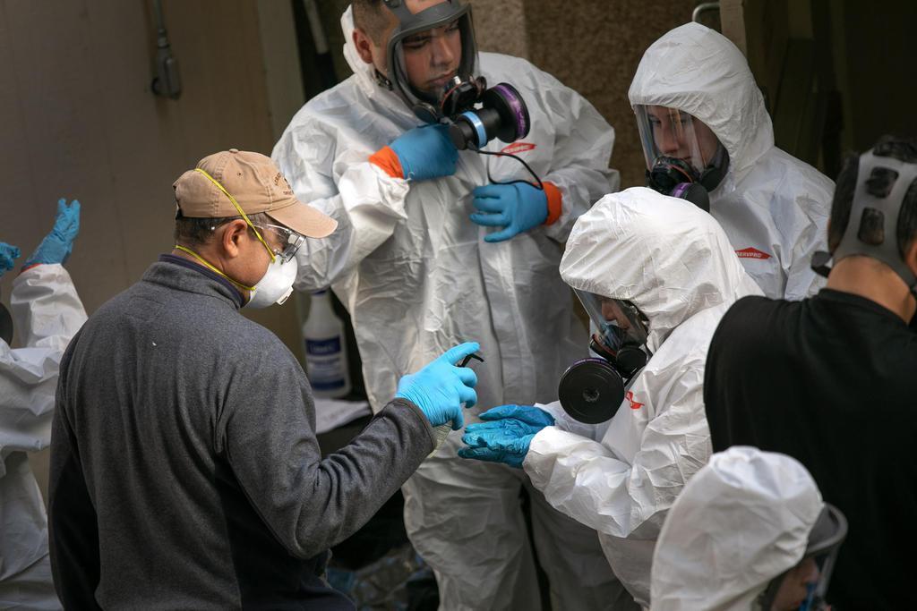 米ワシントン州カークランドの医療関係施設で消毒する人たち=11日(ゲッティ=共同)