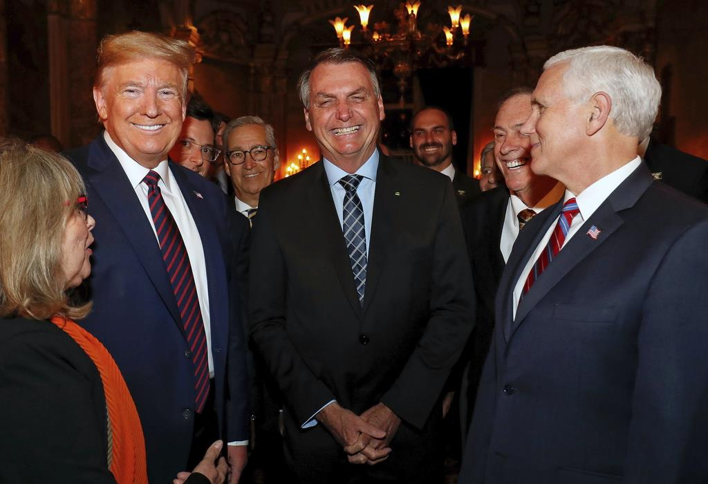 今月7日に米フロリダで行ったブラジルのボルソナロ大統領(中央)らとの夕食会の写真。トランプ米大統領(左から2人目)の後ろに一部が隠れたブラジルの政府高官ファビオ・ワジンガルテン氏も見える(ブラジル大統領広報事務所提供=AP)