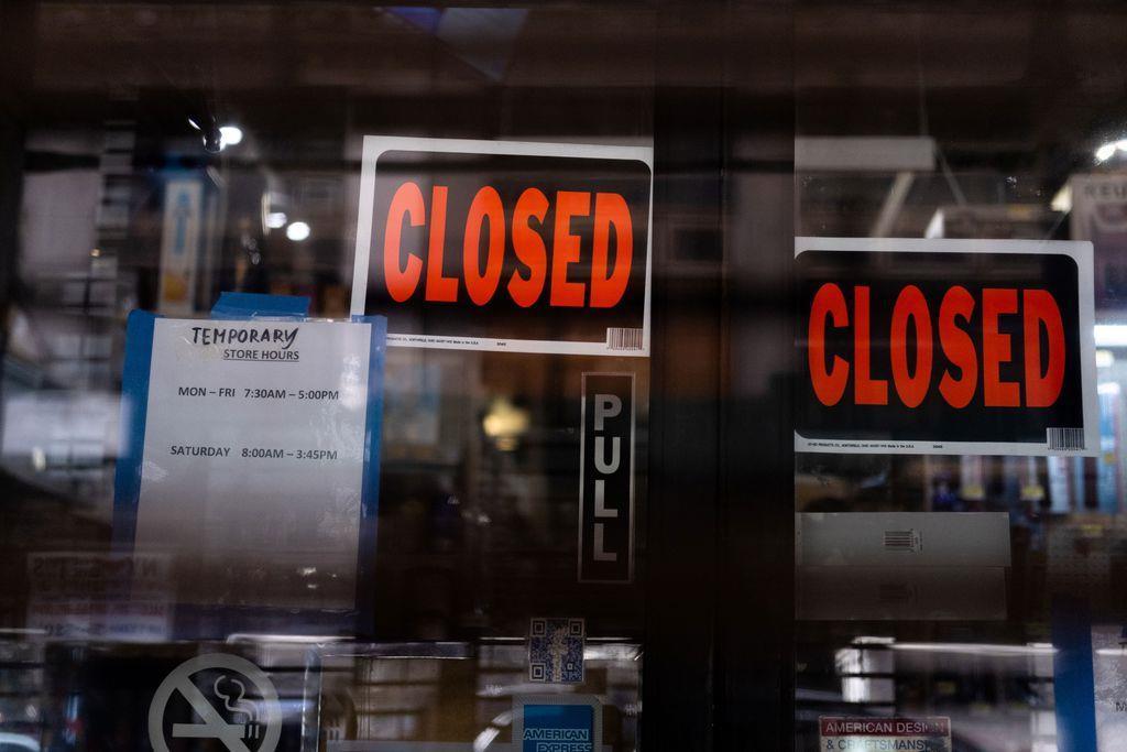 15日、新型コロナウイルスの影響で米ニューヨーク・マンハッタンの商店に張り出された、一時閉店を知らせる張り紙(ロイター)