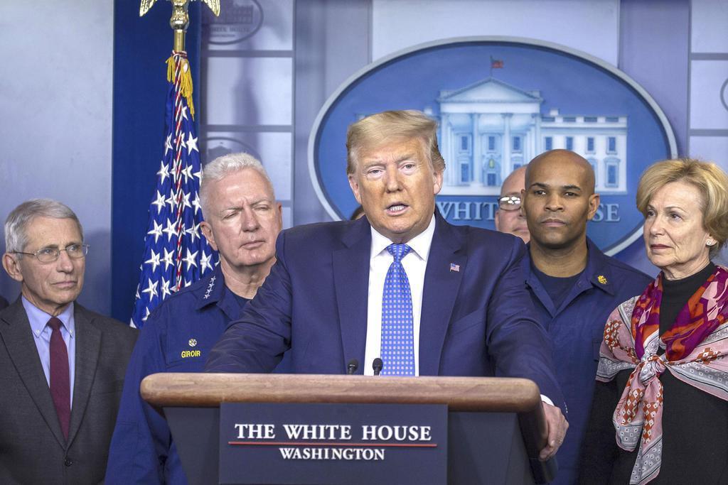 米ホワイトハウスで、記者会見するトランプ大統領=15日、ワシントン(ゲッティ=共同)