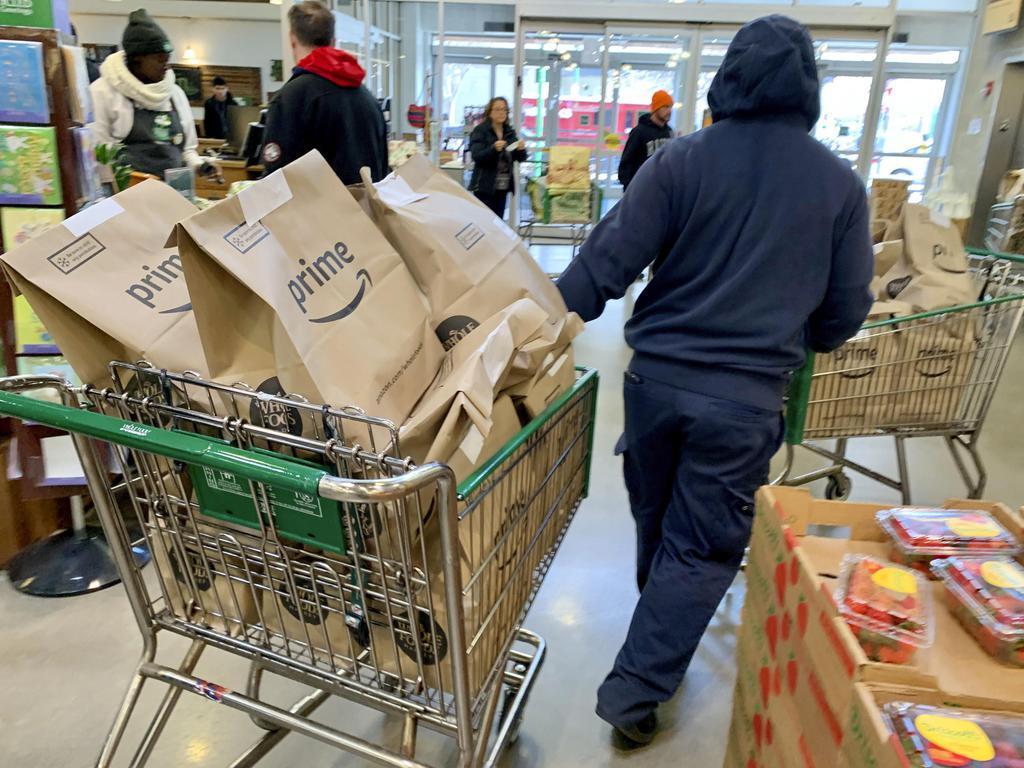 米アマゾン・コムの会員に配送される米スーパー、ホールフーズ・マーケットの商品=8日、ニューヨーク(共同)