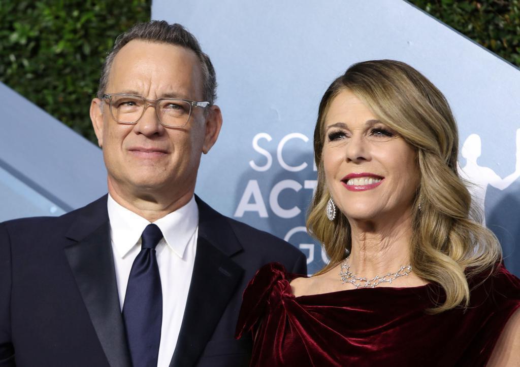 トム・ハンクスさん(左)と妻のリタ・ウィルソンさん=1月、米ロサンゼルス(ロイター)