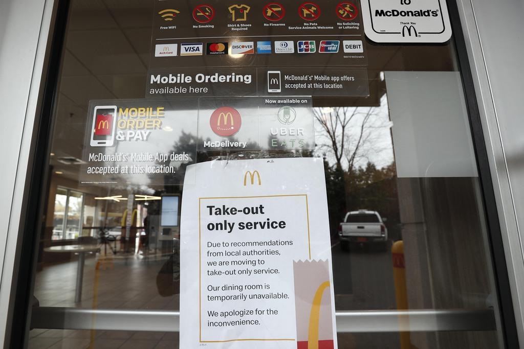 店頭に「持ち帰りのみ」と掲示されたマクドナルド店舗=17日、米ノースカロライナ州チャペルヒル(AP)