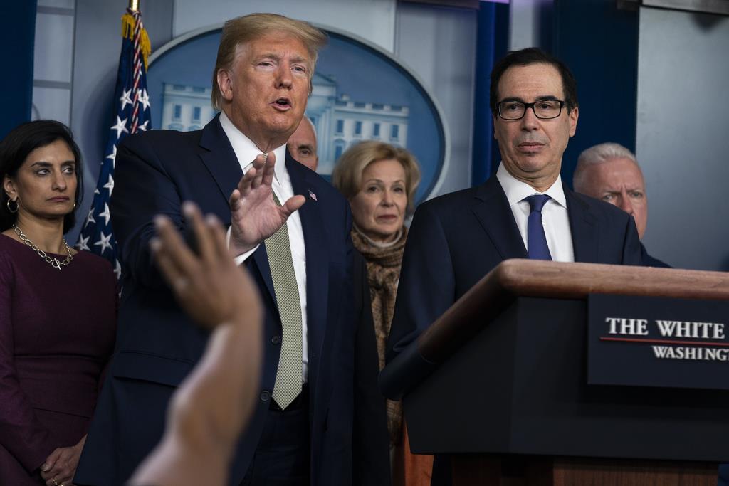 ホワイトハウスで会見するトランプ米大統領(左から2人目)ら=17日、ワシントン(AP)