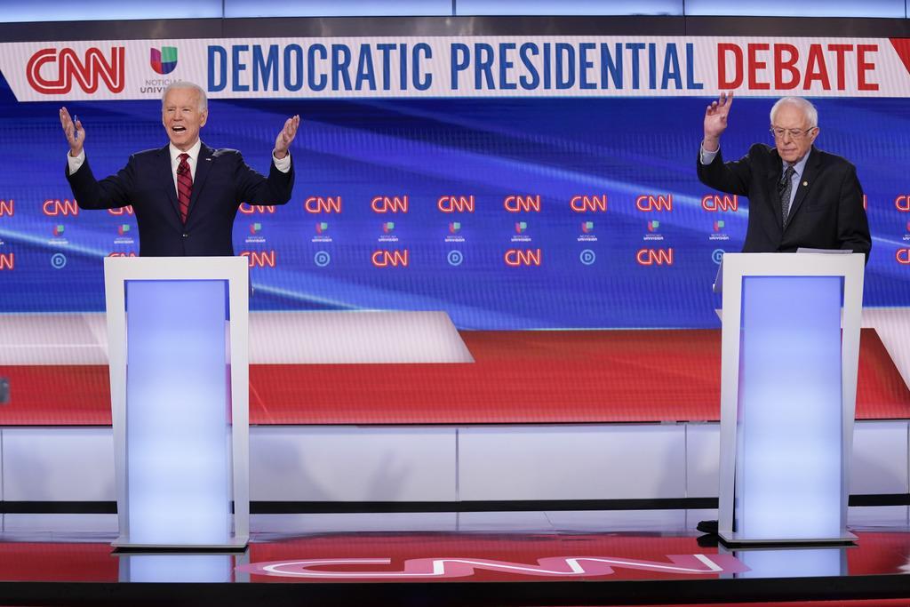 サンダース米上院議員(右)との公開討論会に出席したバイデン前副大統領=15日、ワシントン(AP)