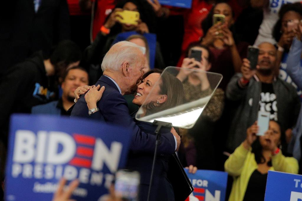 選挙演説を行い、バイデン前副大統領と抱き合うカマラ・ハリス上院議員(前列右)=9日、デトロイト(ロイター)