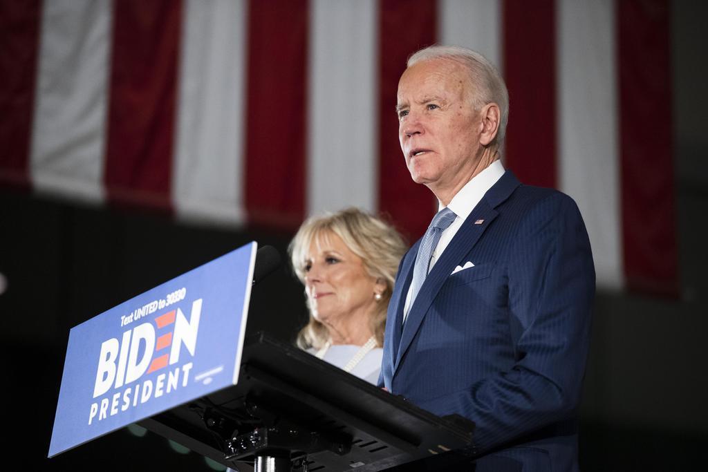 米民主党候補指名争いで、報道陣を前に語るバイデン前副大統領(手前)とジル夫人=10日、ペンシルベニア州フィラデルフィア(AP)