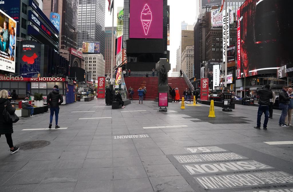 閑散としたタイムズスクウェア=17日、ニューヨーク(ロイター)