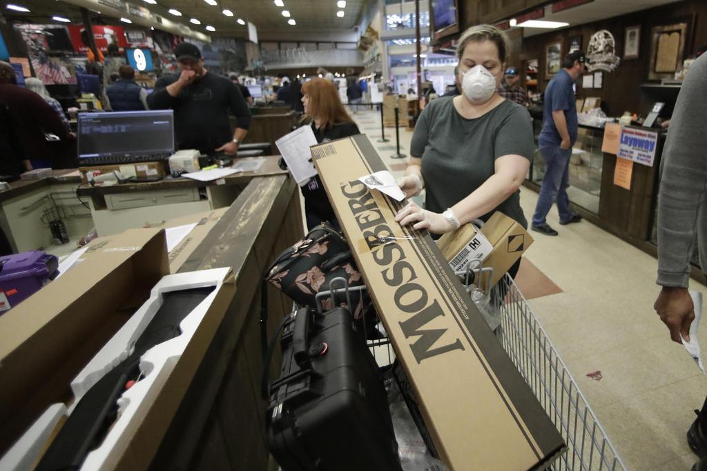 16日、米南部ジョージア州で銃を購入する女性(AP)