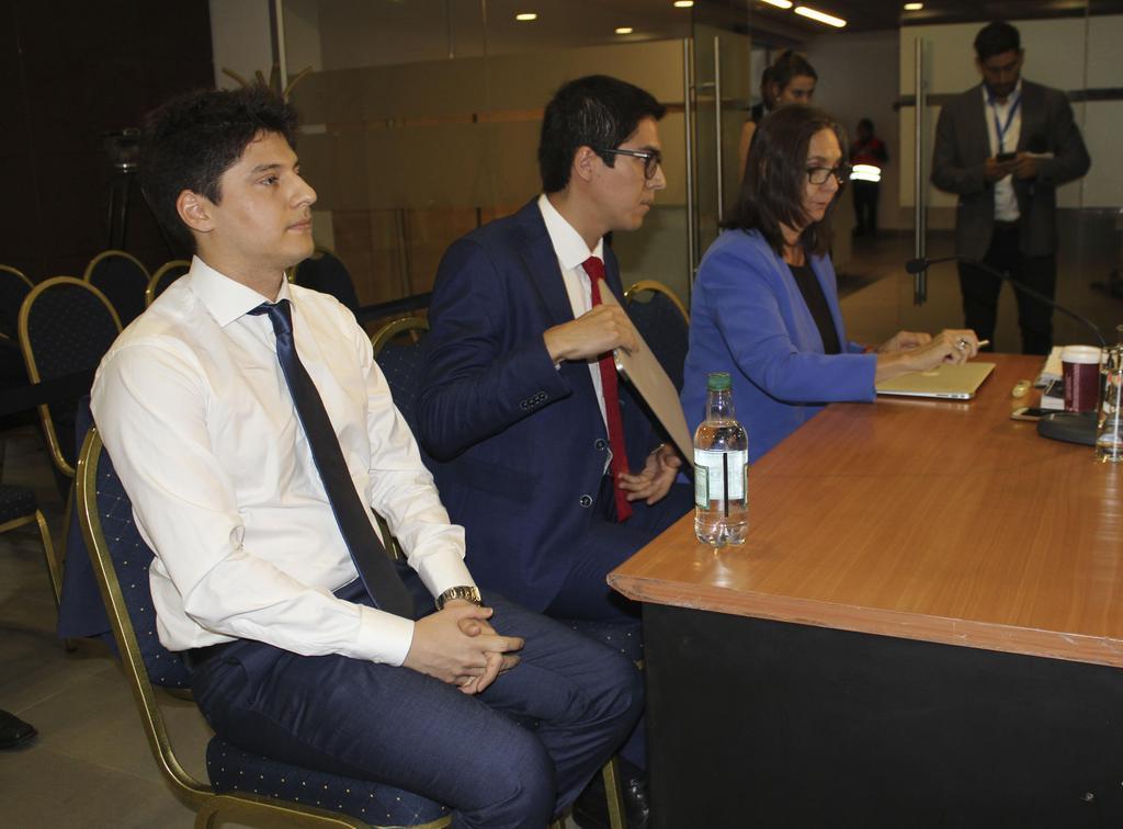 18日、チリの首都サンティアゴで、最高裁の審理に出廷したニコラス・セペダ容疑者(左)(共同)