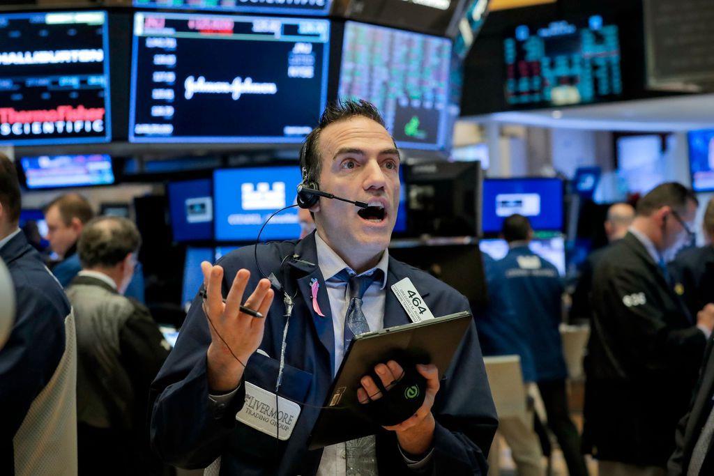 20日、株価の推移を見守るニューヨーク証券取引所のトレーダー(ロイター)