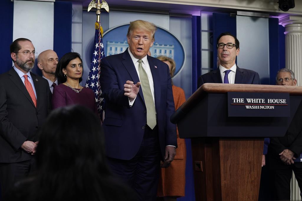 新型コロナウイルスを「中国ウイルス」と呼んだトランプ米大統領(中央)は記者会見で、呼称の正当性を主張。中国の反発に反論した=17日、ホワイトハウス(AP)