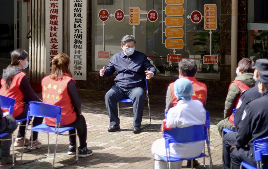 中国・武漢で住民らと交流する習近平国家主席(中央)=10日(新華社=共同)