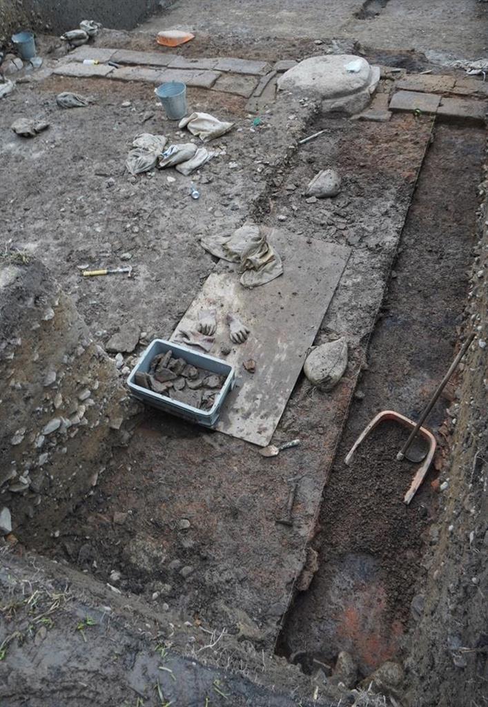 講堂跡のから出土した須弥壇とみられる凝灰岩の破片(左下)=京都市南区