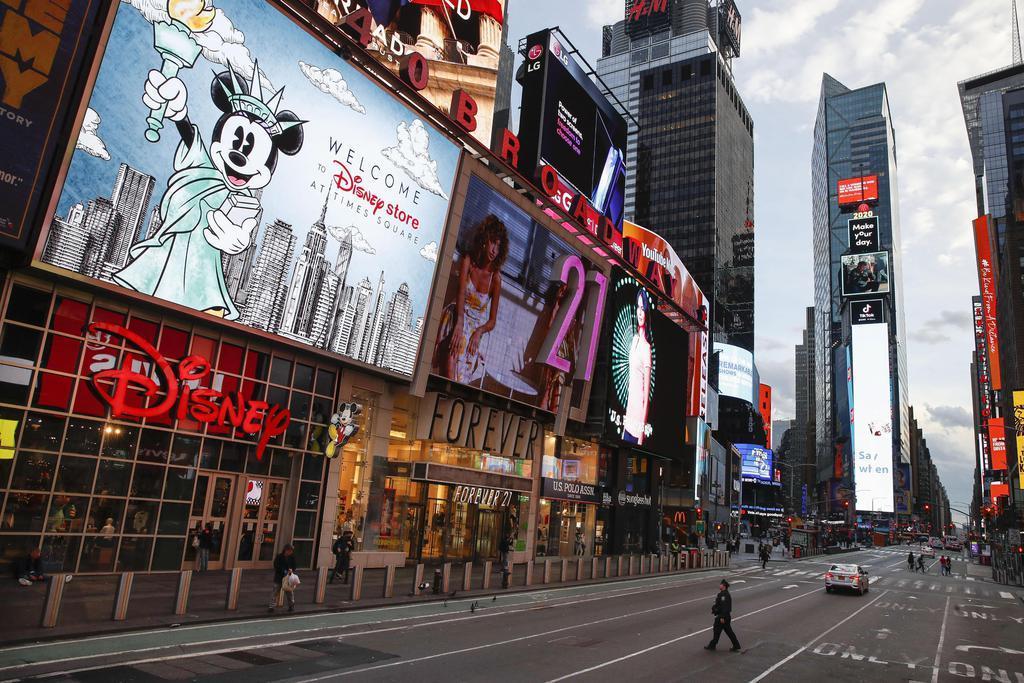 新型コロナウイルスの感染拡大で外出規制の動きが広がり、人けのない米ニューヨークのタイムズスクエア=20日(AP)
