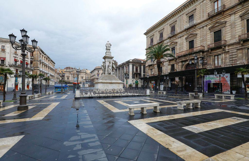 新型コロナウイルス感染を懸念し、街から人々の姿が消えた=21日、イタリア・シチリア島東部カターニア