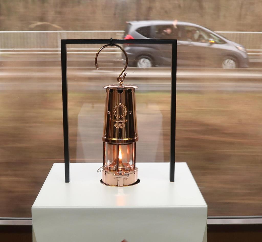 岩手県各地で聖火展示が始まり、三陸鉄道で聖火が運ばれた=22日、岩手県宮古市(鈴木健児撮影)