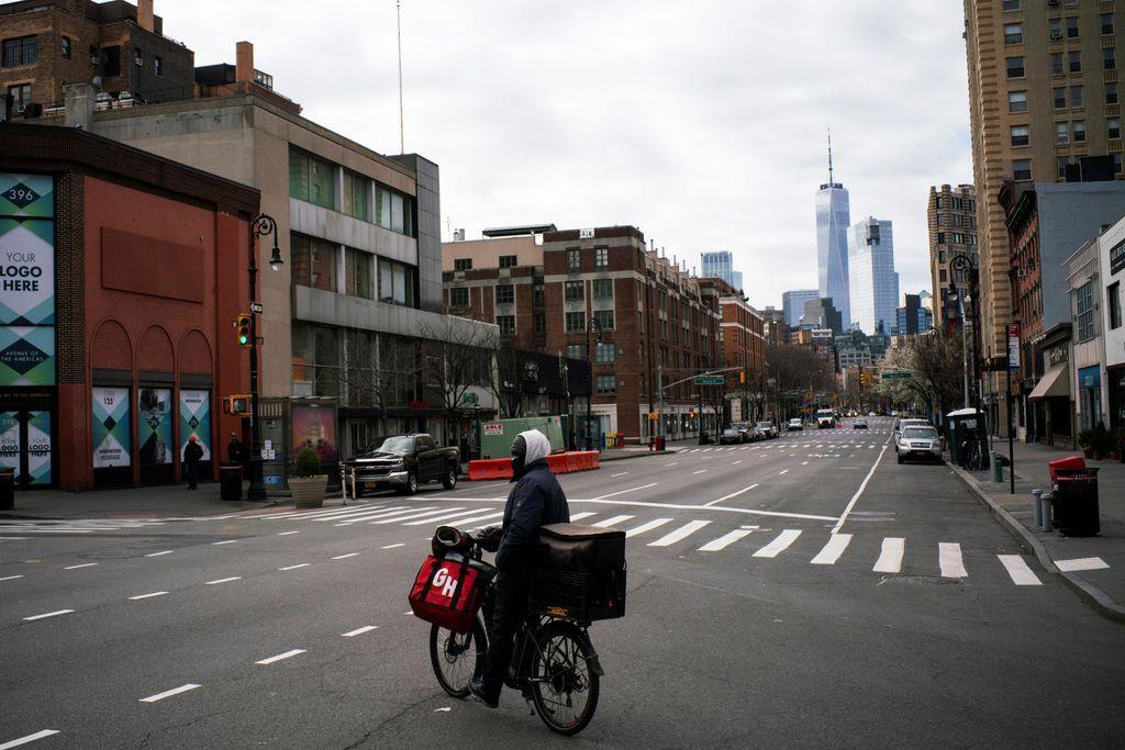 人通りの少ないニューヨークの大通り=22日(ロイター)