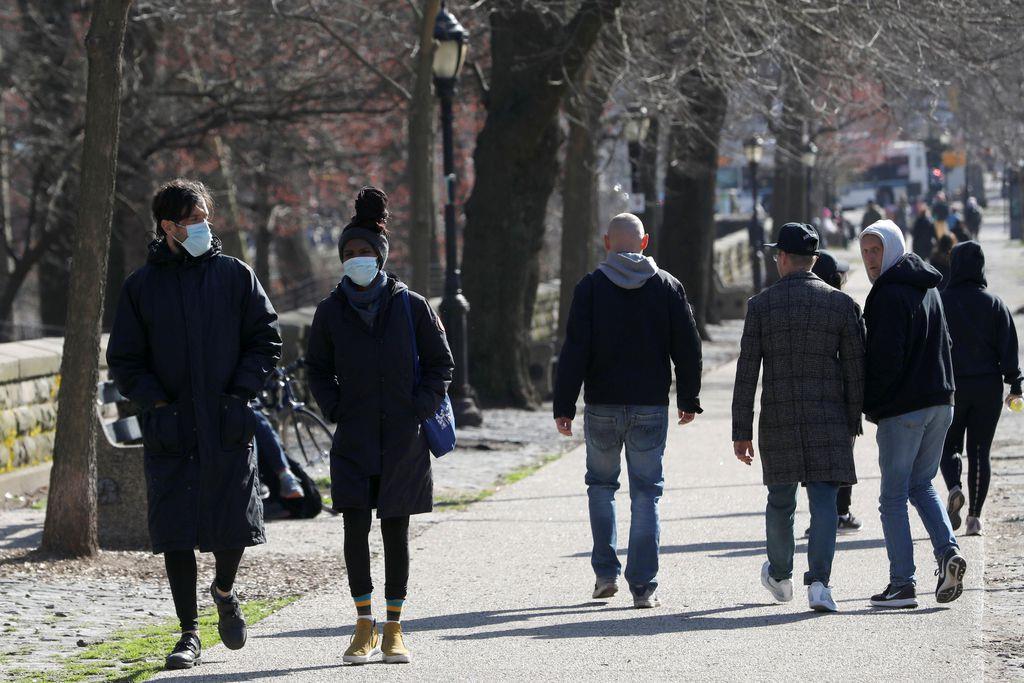 マスクをして公演を散歩する人たち=22日、ニューヨーク・ブルックリン(ロイター)